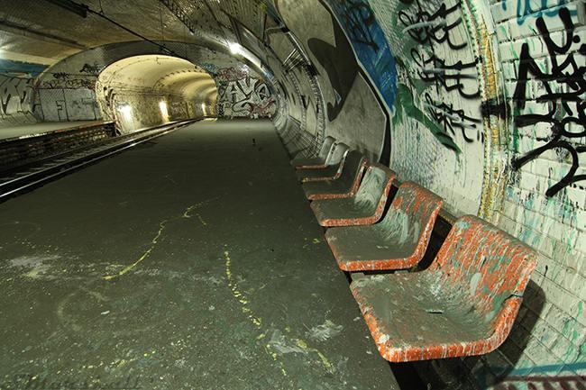 Métro Paris abandonné croix rouge